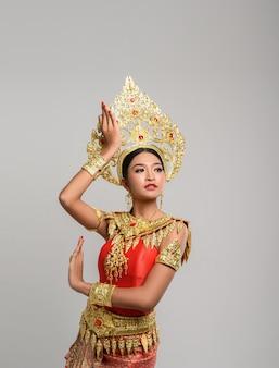 タイのドレスとタイのダンスを着て美しいタイの女性