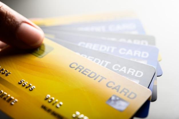 複数のクレジットカード携帯電話のクローズアップ画像
