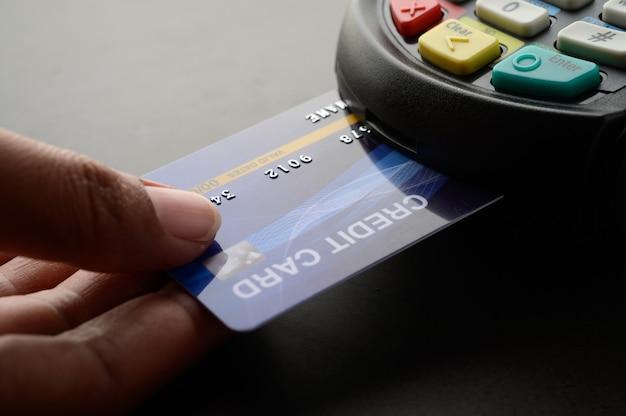 クレジットカードによる支払い、製品とサービスの売買