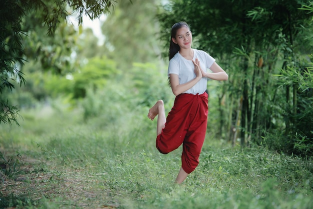 Портрет тайской юной леди в художественной культуре таиланда танцы, таиланд