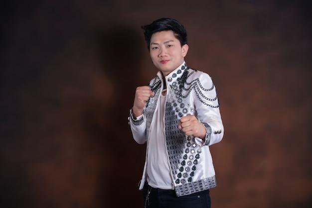 カジュアルな服装の若いハンサムな歌手男