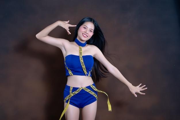 青いドレスダンスで幸せなきれいな女の子の完全な長さの肖像画
