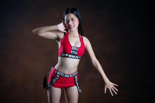 赤いドレスを着て踊る美しいダンサーの肖像画