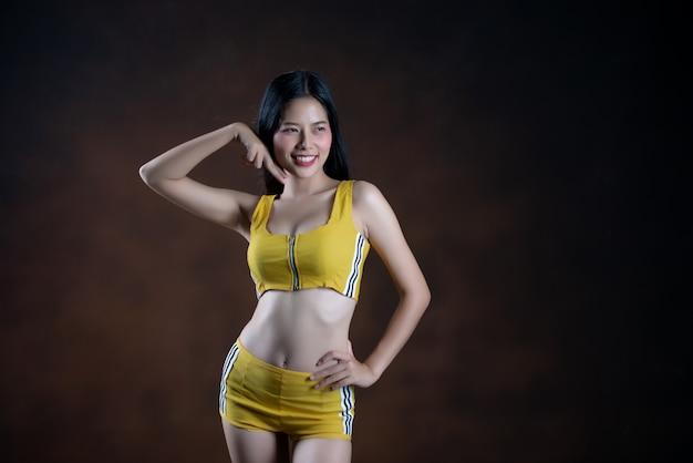 ポーズ美しい若い女性ダンサー