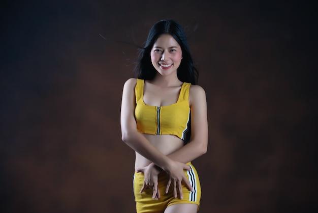 Красивый представлять танцора молодой женщины