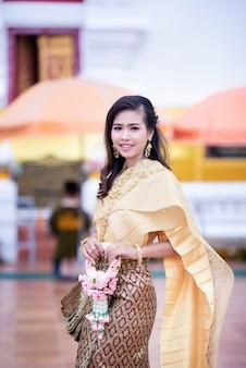 Красивая тайская женщина в тайском традиционном костюме в храме
