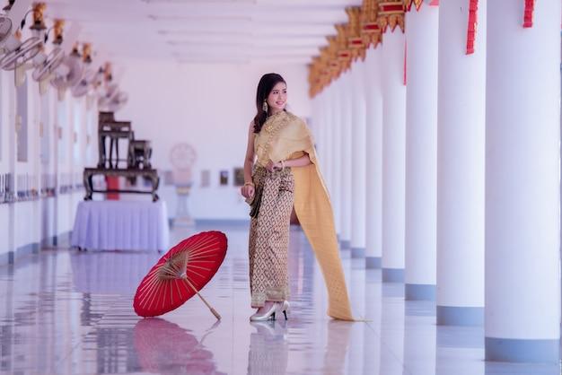 Красивая азиатка с желанным выражением. красота фантазии тайская женщина.