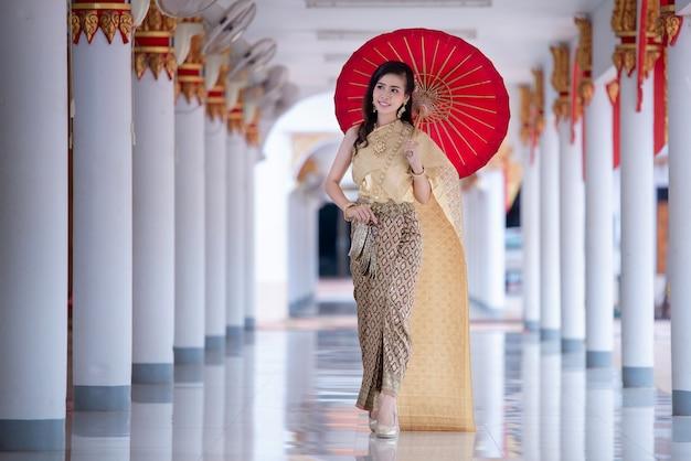 Красивая тайская женщина в традиционном платье костюм в храме таиланда