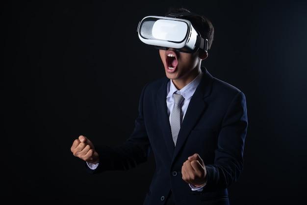 仮想現実の眼鏡をかけている若いビジネスマン