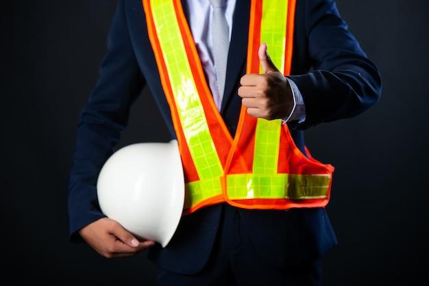 Портрет жизнерадостного молодого инженера строительной площадки бизнесмена, конец вверх.