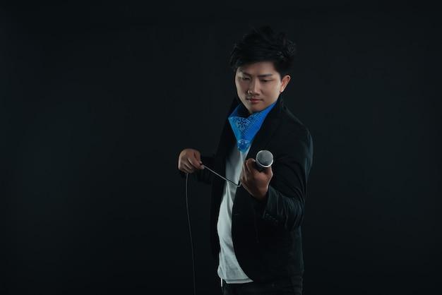 Портрет красивого привлекательного певца