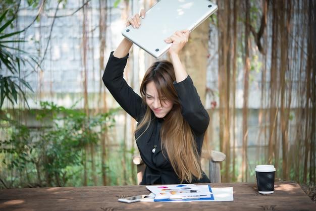 Люди в ноутбуке работают сердито