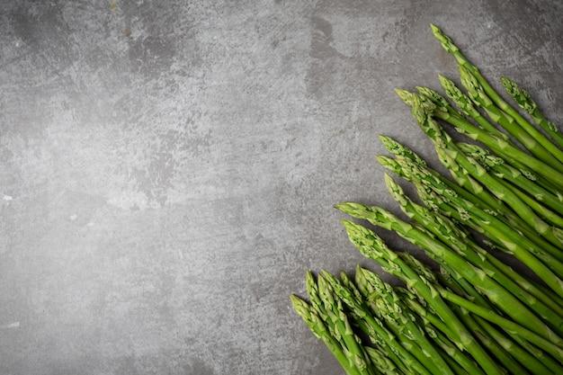 テーブルの上の新鮮なグリーンアスパラガス。
