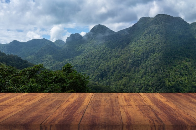 緑の山と茶色の木の床。