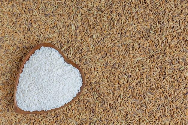 皮をむいた米は白に水田とともに置かれます。