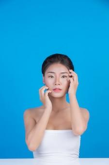 完璧な肌の健康イメージを持つ女性の美しさ