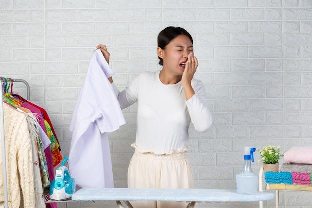 悪臭を放つ若いメイド、白いレンガの完成したシャツの匂い。