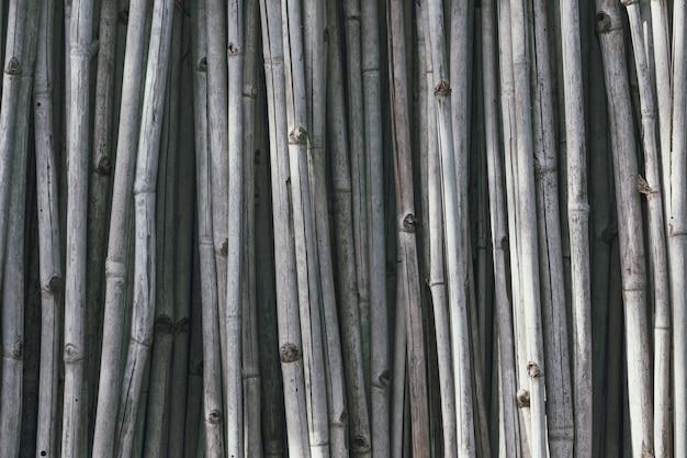 縦に並べられた灰色の乾燥した竹。