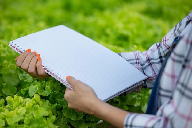 保育園で若い女性の手の中のノート。