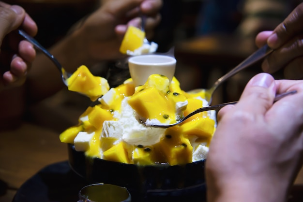 Люди едят сладкий десерт бинсу