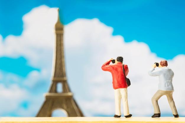 Маленькая фигура путешественника ко всемирному дню туризма