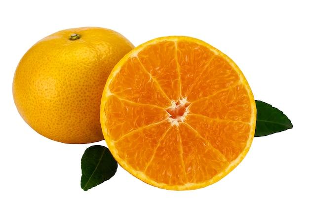 白で設定された新鮮なジューシーなオレンジ色の果物
