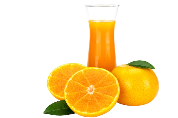 Свежий апельсиновый сок фруктовый напиток стакан на белый