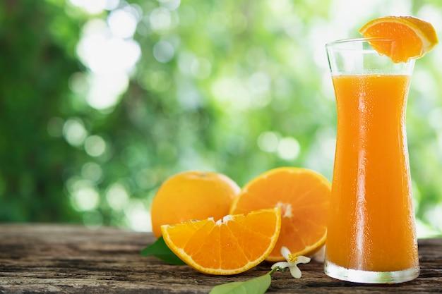 緑の自然に新鮮なジューシーオレンジフルーツセット