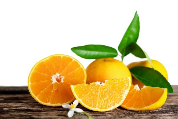 Свежий сочный апельсин на белом фоне