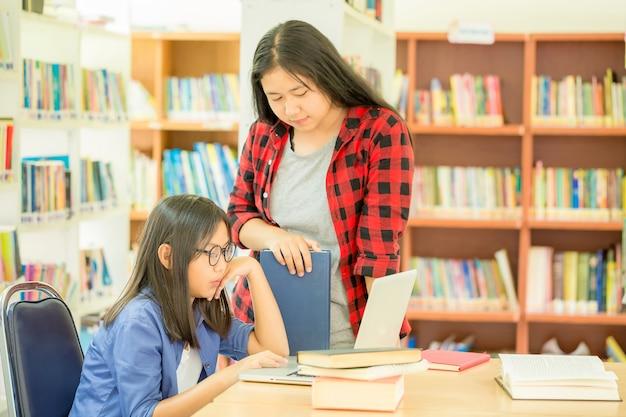 図書館で働く学生