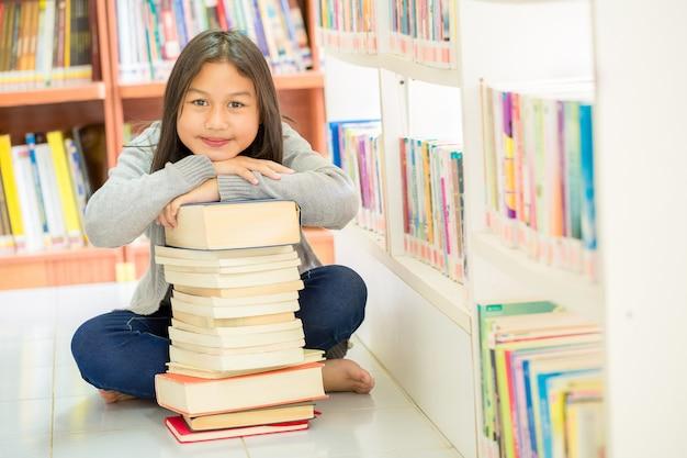 かわいい女の子とたくさんの本