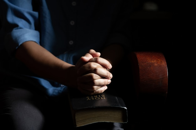 家の中で祈りに座っている女性