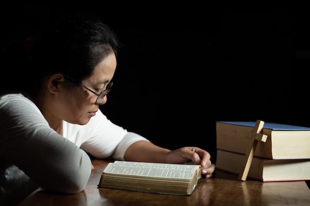 キリスト教の女性は家の聖文を読む