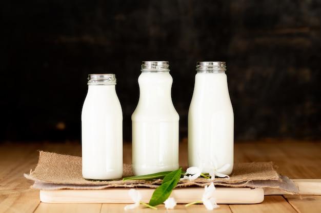 テーブルの上の牛乳健康乳製品