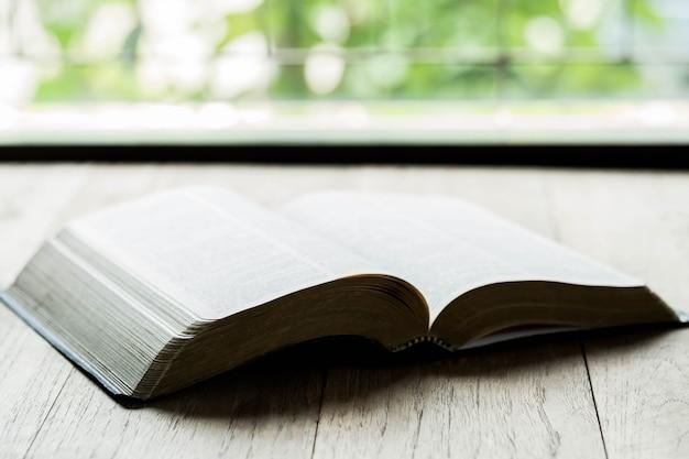 木製テーブルの上の聖書