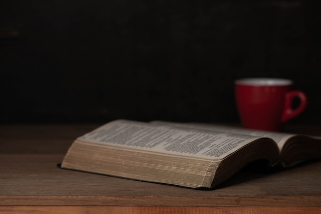 Библия и чашка кофе на утро