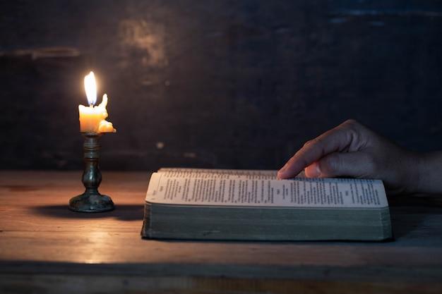 女性は大きな聖書を読んでいます