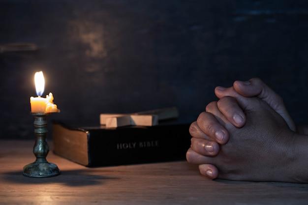 女性の手が祈った