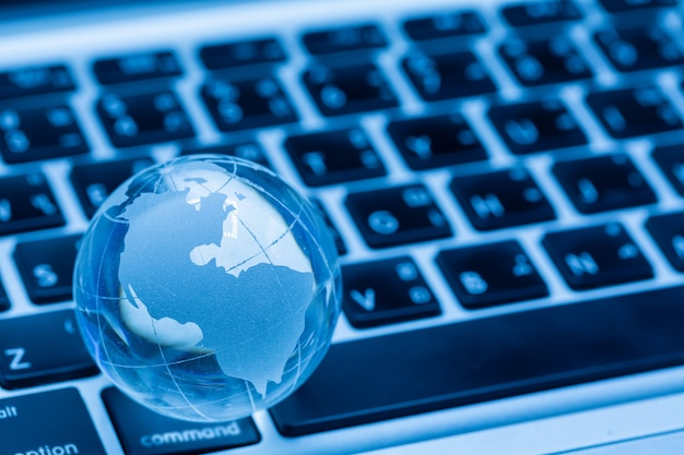 Глобус мира и компьютерная клавиатура
