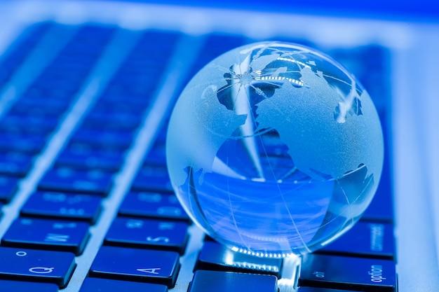 Бизнес-концепция стеклянного мира на ноутбуке