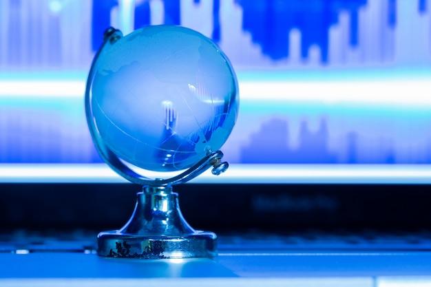 ラップトップ上のガラスの世界のビジネスコンセプト