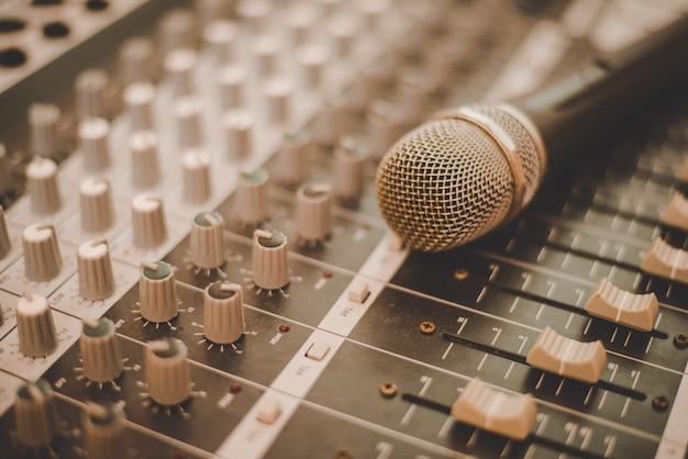 Производитель звукозаписывающего производства светлый микрофон