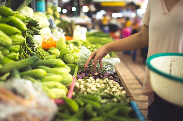 女性の有機野菜や果物をショッピング