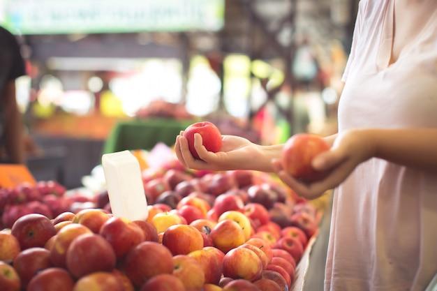 女性のショッピングオーガニックフルーツ