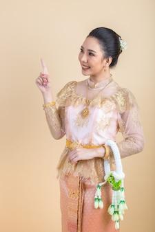Женщина в древнем тайском платье