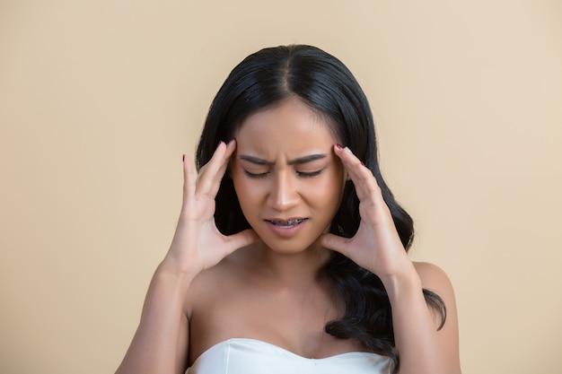 頭の痛みを持つ女性