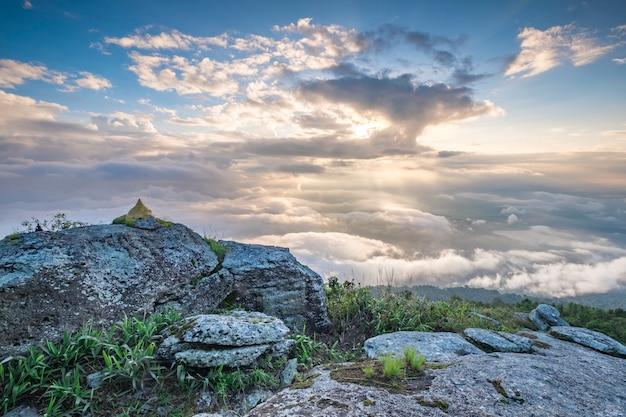 山と多くの雲の日の出