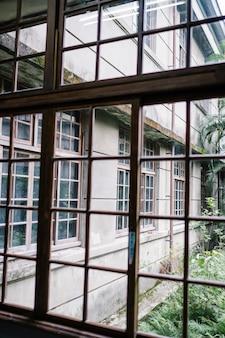 Окно и здание