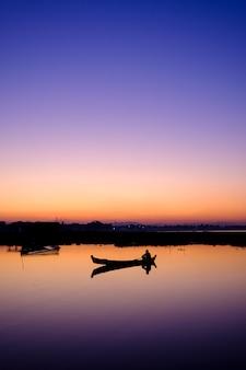 湖の夕日のボート