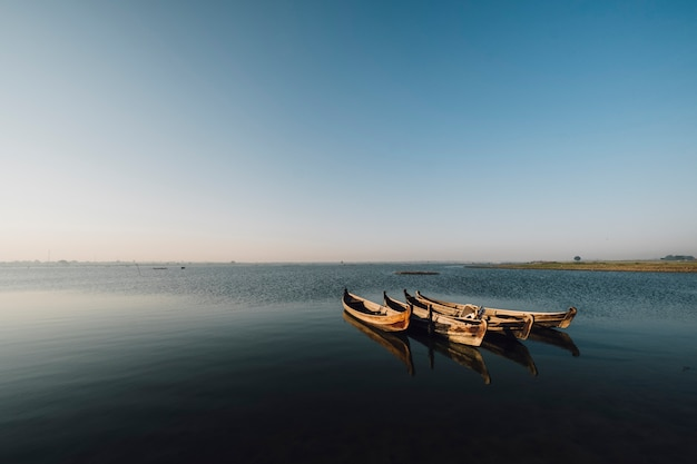 湖のシーンでボートします。